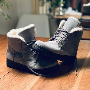 Grå støvler med dejligt blødt Hvidt for