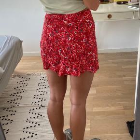 Sælger fin blomstret nederdel, da den er en smule for lille. Den kan passes af en str. 34-36. Kan hentes i Hørsholm.