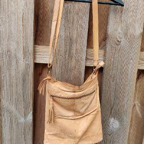Fin taske i lammeskind fra Pieces. Brugt få gange . Lidt patina i skinnet