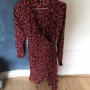Kjole fra vero Moda med bindebånd.  Slå om.  Med blomster  Str xs