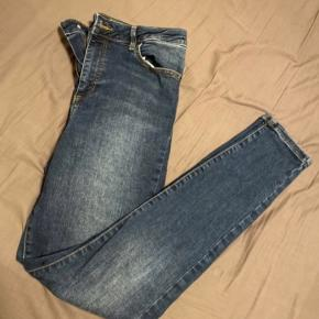 High Waist skinny jeans   Aldrig brugt da de er købt for små i længden, længden er 32.  Vasket en gang i neutral, kommer fra ikke ryger hjem