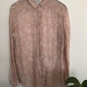 """Den SMUKKESTE silke/bomuldsskjorte fra """"in love""""-kollektionen.... og det bliver man😍Florlet og meget, meget lækker. Brystmål 51 cm, længde 73 cm. Fremstår fuldstændigt som ny. Italiensk str 2."""