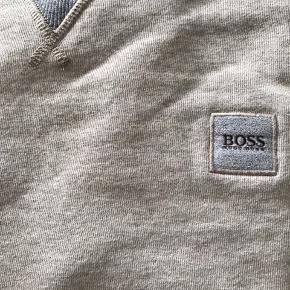 Hugo Boss sweater som blev købt for cirka 1.5 år siden, bruger den aldrig, heller ingen pletter eller huller.