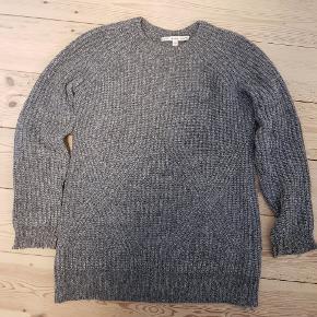 Lækker sweater fra & other stories. Meget oversized, og syet ind så den passer en M.