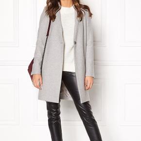 Samsøe Kahlia Jacket - smuk og velholdt overgangsjakke i 60% uld samt polyester. Nyprisen på jakken er 1700 kr. Jakken er brugt én sæson, men har passet godt på den og standen er derfor rigtig god. Prisen er nu nedsat til 600 kr!