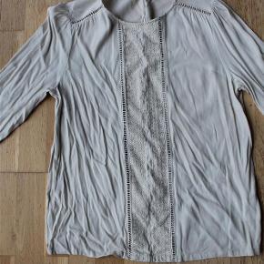 Varetype: fin skjortetopFarve: creme Oprindelig købspris: 699 kr.  fin skjorte med broderistykke foran og knapper hele vejen ned bagpå. den er meget flot under en cardigan eller habitjakke. Den er som ny, men trænger til at stryges  mindstepris 125 - bytter ikke  se også mine andre billige annoncer   hvis du køber 2 eller flere af mine annoncer - betaler jeg portoen