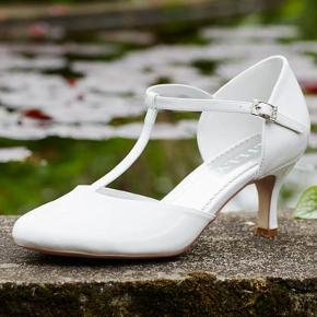 Hvid sko fra Lilly - brugt 1 gang til konfirmation  I super flot stand