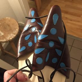 Skønne brune flats med blå Spots.lille hæl. Så cool , str.40( tænker også en 39 vil kunne bruge dem, spansk design . Brugt 2 gange. Velholdte. Nypris :mener 1400 kr. Har ikke mulighed for at sende. BEKLAGER