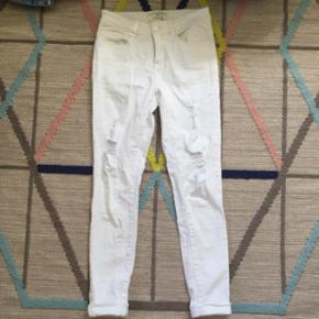 ad1c250c3968 Hvide highwastet hullede jeans fra Pieces str. M 36