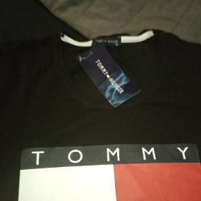 Helt ny Tommy hilfiger tshirt str m stadig med pris mærke på nypris 400 sælges for 150