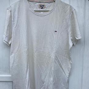 Klassisk hvid tee shirt. Lækker kvalitet, men er selvfølgelig brugt.