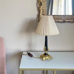 Fransk Provence messing og sort vintage retro bordlampe med romantisk look og smuk lampefod. Standen er meget god.    Højde med lampeskærm 42 cm Bredde på fod: 12 cm Bredde på lampeskærm 22 cm   Kan sendes eller afhentes i Aarhus c.