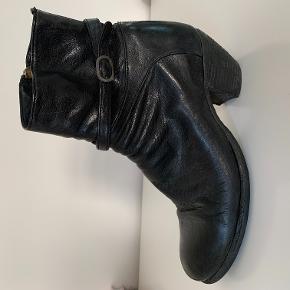 Lækre støvler fra Officine Creative. Kom med et bud.