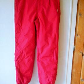 Skibukser, Etirel, str. 42 – 44      Varm foerede røde skibukser brugt 2 x 1 uge, pæne uden slid og brugsmærker Talje vidde 82 cm. kan strækkes til 100 cm. ( bred elastik ) Indvendig ben længde 82 cm. 2 lynlåslukkede lommer i for Bred elastik nederst i ben + 20 cm lynlås og overfald med velcro Snefang med elastik så det ikke glider op Materiale : Nylon - Polyamid Porto med DAO uden omdeling , fremme på 2´4 dage Har mobil pay