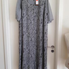 Varetype: kjole Farve: Grå Oprindelig købspris: 1299 kr. Prisen angivet er inklusiv forsendelse.  Kjole delt i 2 - se billeder