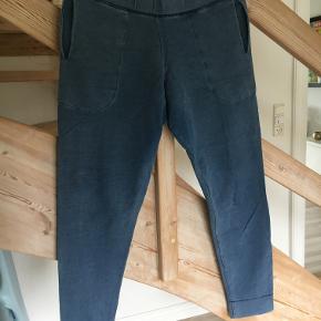 """Fine sweatpants fra Rabens Saloner i """"denim""""-look. Behagelige og bløde, med lommer."""