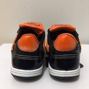 Børne Sneakers Str 28. Farve Orange og Sort