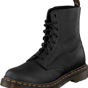 Sælger dr. Martens støvler i modellen Pascal. De er i blødt læder. De er kun brugt virkelig få gange og står derfor som nye. Str. 37