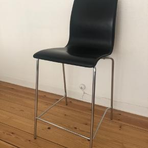 Lækker barstol i læder ✨ Fremstår pæn uden skrammer!