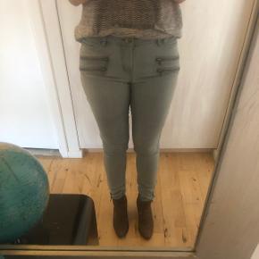 Gråblå jeans med lynlåse