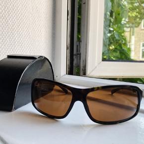"""Prada solbriller / købt 2008 / slid i enderne af stel / læder etui / købt i luksus vintage i Hellerup / """"ny pris 1000.-"""" / et lille mærke på højre glas / perfekt UV behagelige at have på / brunt stel"""
