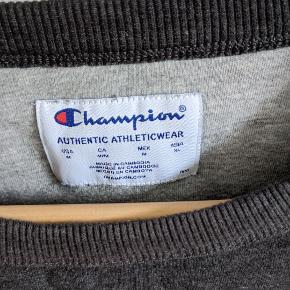 Lækker grå Champion sweater.   Sælger også en i rød, og du kan købe begge for 250.
