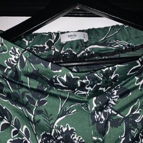 Fine grønne satinbukser med blomsterprint. Brugt ca 2-3 gange.  Sælger da jeg ikke rigtig får dem brugt. De er lidt for store i livet/længde.   Skriv gerne for flere billeder!