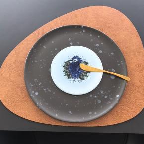 Har i alt 14 stk.  De har en diameter på ca. 14,5cm  Der er lavet et enkelt hul i én af tallerknerne.  Så den har kunne hænge på en væg. Sender gerne billeder heraf. De kan afhentes / ses i Nørresundby