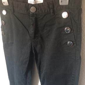 Designers remix - jeans Str. 36 Næsten som ny Farve: sort (lynlås detalje forneden af begge ben) Mål: Livvidde: 74 cm hele vejen rundt Længde: Ydre: 92,5 cm Indre: 70,5 cm Køber betaler Porto!  >ER ÅBEN FOR BUD<  •Se også mine andre annoncer•  BYTTER IKKE!