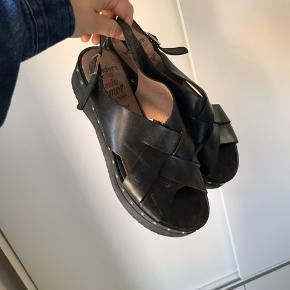 Cool sandaler til sommeren. Sælges da de er for store. Brugt få gange.