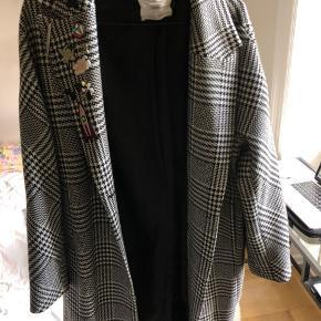 Sælger min fede jakke, da jeg ikke bruger den længere.  Den passer S/M. I kan se længden på billedet (jeg er 180 høj).  Realistiske bud er velkommen:)