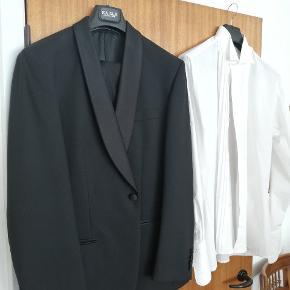 Jakkesæt m. buks str 50 af mærket Kaiser. Skjorter af mærket Boswell. Er kun brugt 1 gang til bryllup ellers helt nyt. Nypris samlet 3500.
