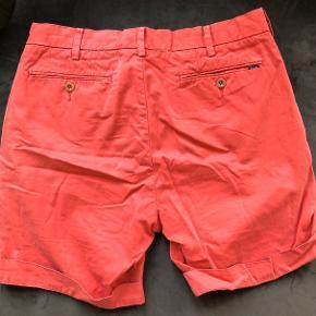 Størrelse 30. Shorts fra Ralph Laurent. Har 3 små pletter på - hvis billeder ønskes så skriv endelig!   Køber betaler for fragt:)