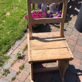 Rigtig gammel køkkenstol, kan bruges som stol eller bare til dekoration med en plante på Kan evt leveres mod betaling 400 er absolut mindste pris ex levering