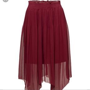 Sælger denne smukke røde nederdel fra designers remix str. 36. Nypris 1400 kr. - aldrig brugt