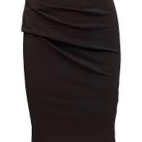 Super flot nederdel / pencil skirt model eminniosa med læg de helt rigtige steder. Er elastisk og med elastik i talje - se billede for specifikationer.  Passer str 34-38.  Fremstår som ny.