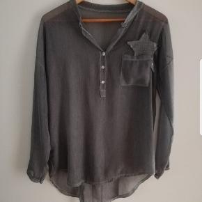 Bluse - Skjortebluse i grå. One size, og vil sige den passes af s-l. Italiensk.   Selv købt den her, men ikke noget for mig alligevel.   Kan afhentes på Vesterbro i København eller sendes med posten.