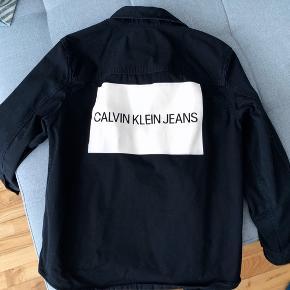Lækker denim skjorte/jakke af god kvalitet. Jakken er unisex og str. medium (lidt Louise fit).  Den har været brugt under 10 gange og er vasket.