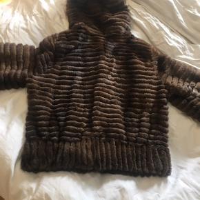 Super fed, sporty mink pels fra Tysk mærke Manakas sælges. Fejler intet. Jeg er en 36  Købte i Lyngby Lagazel Ny pris var 20000 Bud gerne