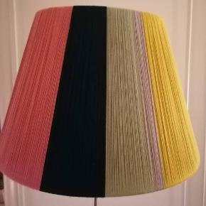 Håndlavet lampeskærm med økologisk bomuld og i genbrugsstel.. Kam bruges til standerlampe. Skriv for mere info 🌺