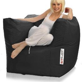Brand: Sit & Joy Varetype: Sækkestol Størrelse: B90/ D65/ H70 cm. Farve: Sort Oprindelig købspris: 1200 kr.  Super fed lounge sækkestol fra Sit & Joy, fremstår i super fin stand, da den kun har stået fremme en måneds tid. Mindsteoris 800