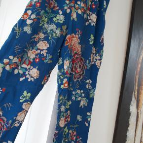 Sælger mine flotte bukser fra ZARA De er en lidt lille small, og så virker benene (for mig) afkortet Den lave pris er pga. de er gået op i syningen forneden  Kan sende med tradono eller DAO på købers betaling