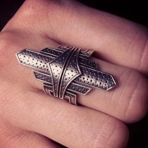 Sælger min Line & jo ring da jeg ikke bruger den. Den er aldrig brugt  np var 1.850  str 52 men den er lidt justerbar byd!