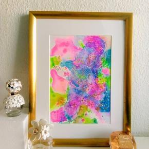 Original abstrakt maleri, malet på A4 yupo papir i guld ramme (40x30cm). Kan vendes både lodret og vandret. Maleriet er malet med akryl, alkohol ink og tegnet med posca tusser. Yupo papir er et syntetisk papir, med silkematte overflader, lavet af polypropylene. Papiret har en helt glat overflade og er syrefrit.