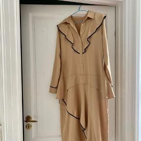 Smukkeste kjole / skjortekjole fra Hosbjerg med lange ærmer. Har aldrig været brugt. Kjolen er en sample købt på sample sale, derfor er materialet ikke angivet, men det føles som silke.   Kom med et bud.