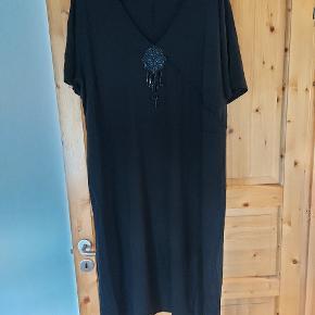 Mærket er Entree...der står ik størrelse  i men er købt som xl Det er en 3/4 lang kjole med perler i udskæring  Brystmål er 60x2 Længde skulder og ned 114
