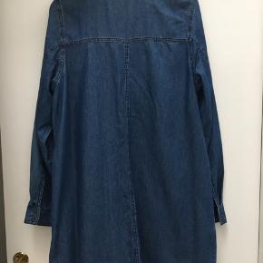 Fin tunika med lommer i siderne - ingen huller eller pletter. Måler ca 56cm over brystet og ca 80cm fra skulder og ned.