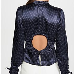 GANNI Heavy Satin Blouse Jeg sælger denne smukke Ganni bluse, eller bytter med en størrelse 34. Den er aldrig brugt og har mærke samt kvittering. :-)