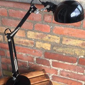 Stilren bordlampe fra Ikea, har haft den mange år, men den er så god som ny:)  Kan afvendtes på østerbro