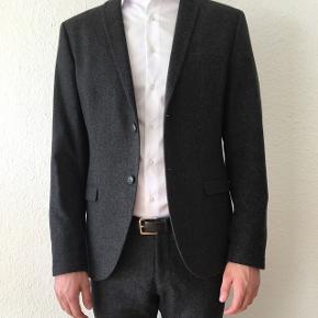 BYYYYD!! Flot blazer i uld fra Tiger Of Sweden. Den er brugt ganske lidt, så standen er som ny.